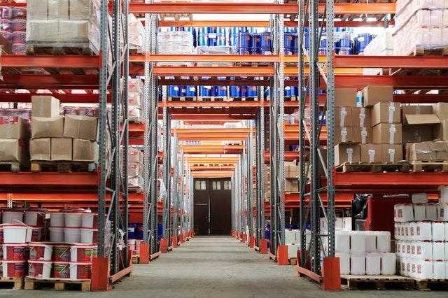 Hurtownia stoków magazynowych – jak sprzedać zalegający towar?
