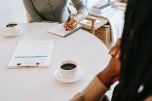 Konsultacje biznesowe i dwie osoby przy stole