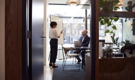 Konsultacje biznesowe i dwie osoby w biurze